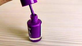 Der schöne purpurrote Nagellack stock video footage