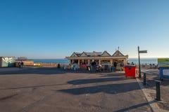 Der schöne Seeseiteweg in Brighton England - BRIGHTON, VEREINIGTES KÖNIGREICH - 27. FEBRUAR 2019 lizenzfreie stockbilder
