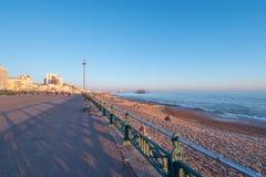 Der schöne Seeseiteweg in Brighton England - BRIGHTON, VEREINIGTES KÖNIGREICH - 27. FEBRUAR 2019 stockbild