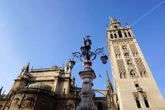 Der schöne Sevilla-Kathedralenturm Lizenzfreie Stockfotos