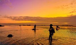 Der schöne Sonnenuntergang mit dem Fischer lizenzfreie stockfotos