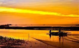 Der sch?ne Sonnenuntergang mit dem geb?rtigen Boot stockfoto