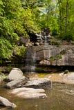 Der schöne Wasserfall im Park Stockfotografie