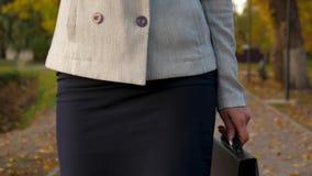 Der schöne weibliche Rechtsanwalt, der auf Smartphone spricht und geht zu parken glückliches Mädchen mit dem Handylächeln Geschäf stock video footage