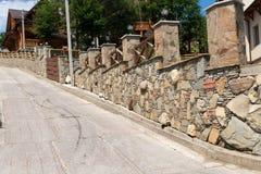 Der schöne Zaun hergestellt von den Steinen Stockbilder