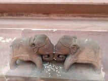 An der schönen Architektur Tempels Shree Mahavir Jee Jain von zwei netten Elefanten, die sich kämpfen lizenzfreie stockfotografie