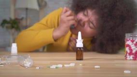 Der schönen ist plötzlicher asthmatischer Angriff Afroamerikanerafrofrisur des Porträts der Gebrauch eines Sprays im Wohnungsabsc stock video footage