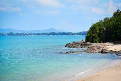 Der sch?nen wei?en Sommertag des sandigen und blauen Himmels Strandsandw?ste der Insel stockfotos