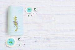 Der Schönheitsbegriff und der gesunde Lebensstil mit einem Badekurort auf einem hellen rustikalen hölzernen Hintergrund, Lizenzfreies Stockfoto