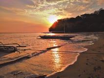 Der sch?ne Sonnenuntergang am Strand stockbilder