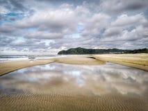 Der sch?ne sonnige Tag auf dem Strand und die Wasserreflexion des blauen Himmels stockfotografie