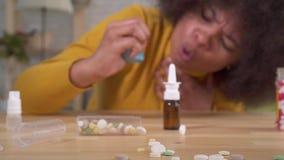 Der sch?nen ist pl?tzlicher asthmatischer Angriff Afroamerikanerafrofrisur des Portr?ts der Gebrauch eines Sprays im Wohnungsabsc stock video footage