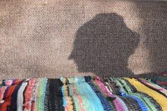 Der Schatten des Kopfes einer Frau Stockfotografie