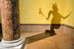 Der Schatten des Teufels auf der Wand Stockfotografie