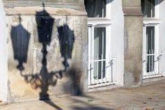 Der Schatten einer Straßenlaterne auf der Wand von einem alten verfallen ho Lizenzfreie Stockfotografie