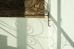 Der Schatten eines Geländers lizenzfreie stockfotos