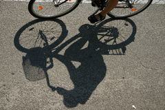 Der Schatten eines Radfahrers Stockfotos