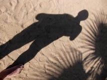 Der Schatten von Palmen eines Mannes und auf dem Sand Lizenzfreie Stockfotografie