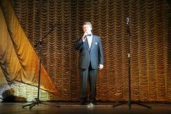 Der Schauspieler liest die Gedichte von Dichtern an der Front Lizenzfreie Stockbilder