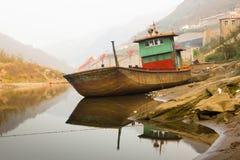 Der Schiffs-Schiffbruch auf Flussufer Stockbild