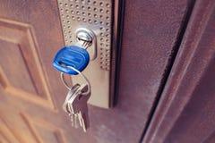 Der Schlüssel im Verschluss der Eisentür stockbild
