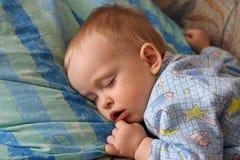 Der schlafende kleine Junge Stockfoto