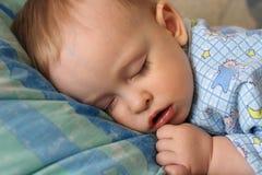 Der schlafende kleine Junge Lizenzfreie Stockfotos