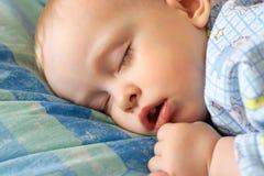 Der schlafende kleine Junge Lizenzfreies Stockfoto