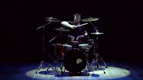 Der Schlagzeuger, der auf Trommel spielt, stellte auf Stadium, Zeitlupe ein stock footage