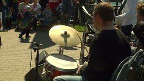 Der Schlagzeuger in der Band stock footage