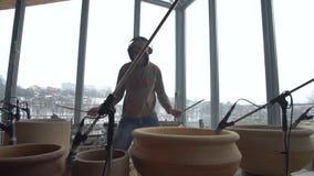 Der Schlagzeuger führt kreative Musik auf Tongefäßen durch stock video footage