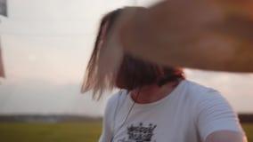 Der Schlagzeuger ist sehr ausdrucksvolles Stampfen die Trommeln starke Leistung Spielen bei Sonnenuntergang auf dem Gebiet Sehr s stock video footage