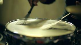 Der Schlagzeuger spielt Bürsten auf einem Trommelsolo