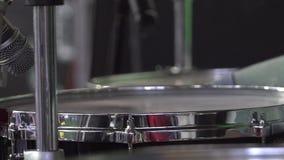 Der Schlagzeuger spielt die Trommel, die an der Konzertnahaufnahme von Platten für Rhythmus eingestellt wird Frau, die Gesangschü stock video
