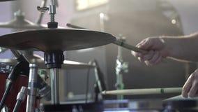 Der Schlagzeuger spielt die Trommel, die an der Konzertnahaufnahme von Platten für Rhythmus eingestellt wird Frau, die Gesangschü stock video footage