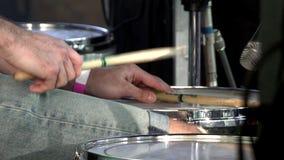 Der Schlagzeuger spielt die Trommel, die an der Konzertnahaufnahme von Platten für Rhythmus eingestellt wird Frau, die Gesangschü stock footage