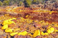 Der Schlamm, der von den Bergwerken von Rio Tinto, Huelva, Spanien kommt Lizenzfreies Stockfoto