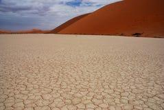 Der Schlamm-gebrochene Boden in Deadvlei, Sossusvlei, Nami Stockfotos