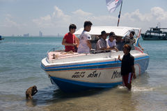 Der schlaue Affe gelangt an das Boot mit den Touristen Stockfoto