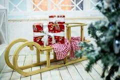 Der Schlitten des neuen Jahres mit Geschenken stockbild