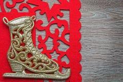Der Schlittschuh des neuen Jahres mit roter Serviette Lizenzfreie Stockfotos