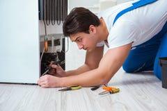Der Schlosserauftragnehmer, der Kühlschrank im diy Konzept repariert lizenzfreies stockbild