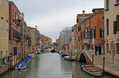 Der schmale Wasserkanal in Venedig Stockfotos