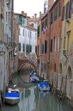 Der schmale Wasserkanal in Venedig Lizenzfreies Stockfoto