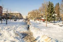 Der schmale Weg unter dem Schnee treibt in der Hauptstraße des Bulgaren Pomorie Lizenzfreie Stockfotografie