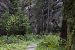Der schmale Weg unter hohen Felsen Lizenzfreies Stockbild