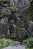 Der schmale Weg unter hoher Felsen Adrspach-Felsen-Stadt Lizenzfreies Stockfoto