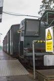 Der Schmalspurzug, der die Länge der tragenden Passagiere Hythe-Piers nach und von der Fähre nach genommenes Southampton laufen l Lizenzfreies Stockbild