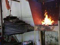 Der Schmied bearbeitet die Bälge - beschleunigt Feuer stock video