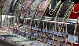 Der Schmuck der Frauen gemacht von den Perlen Stockfotos